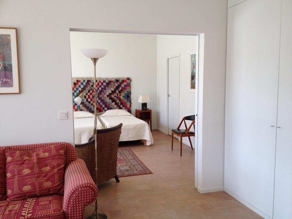 Die Fontanille. Neubauten - Schlafzimmer mit Doppelbett und Wohnzimmer