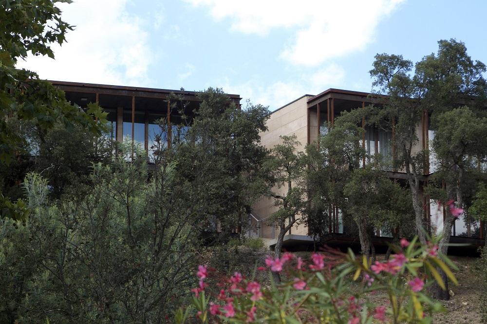 Die Fontanilles. Neue Gebäude - Blick auf die Außenanlagen
