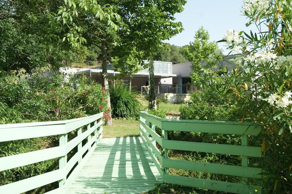 Les Fontanilles. Paisajes. El puente sobre el arroyo frente al comedor.